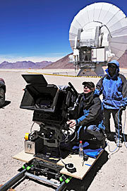 Director of Photography van de MAX®-3D-film Hidden Universe, Malcolm Ludgate, met IMAX-camera