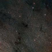 Overzichtsfoto van het hemelgebied rond de donkere nevel LDN 483