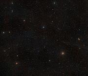 Vidvinkelkig på himlen omkring den nære stjerne AU Microscopii