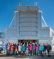 Gruppefoto med ESOs generaldirektør og partnere