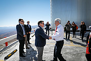De president van de republiek Chili wordt begroet door ESO's directeur-generaal