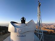 Die geöffnete Kuppel des Test-Bed Telescope 2 auf La Silla