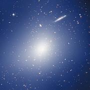 HAWK-I und Hubble untersuchen einen Haufen mit der Masse von zwei Billiarden Sonnenmassen