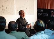Riccardo Giacconi na apresentação de abertura do simpósio científico de inauguração do VLT