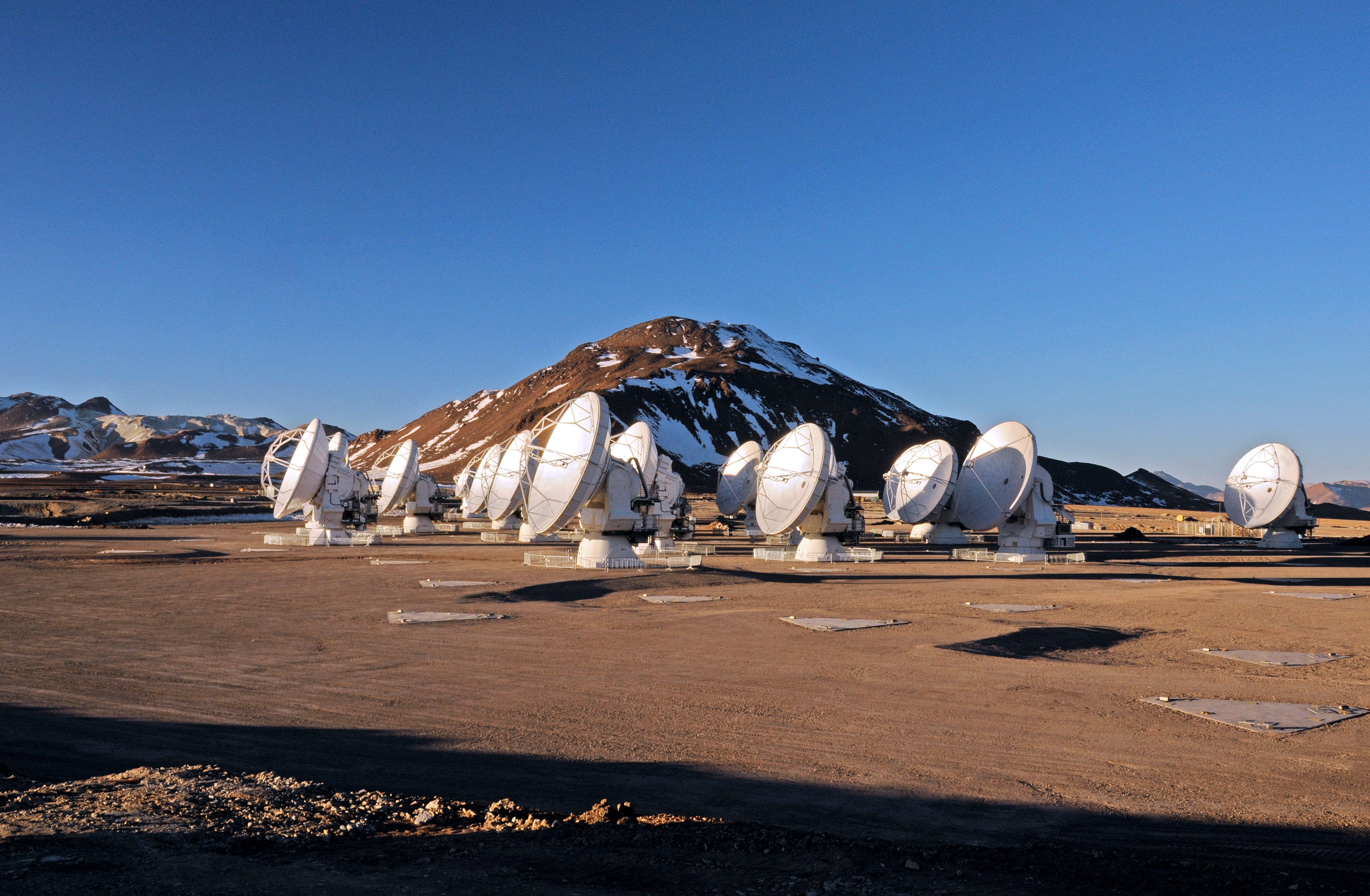 Nineteen ALMA antennas on the Chajnantor plateau | ESO Norge