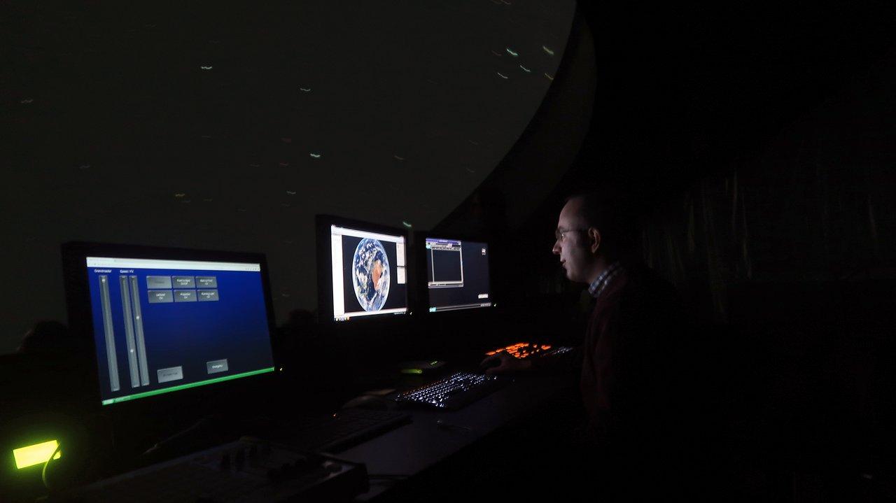 Controlling the ESO Supernova planetarium