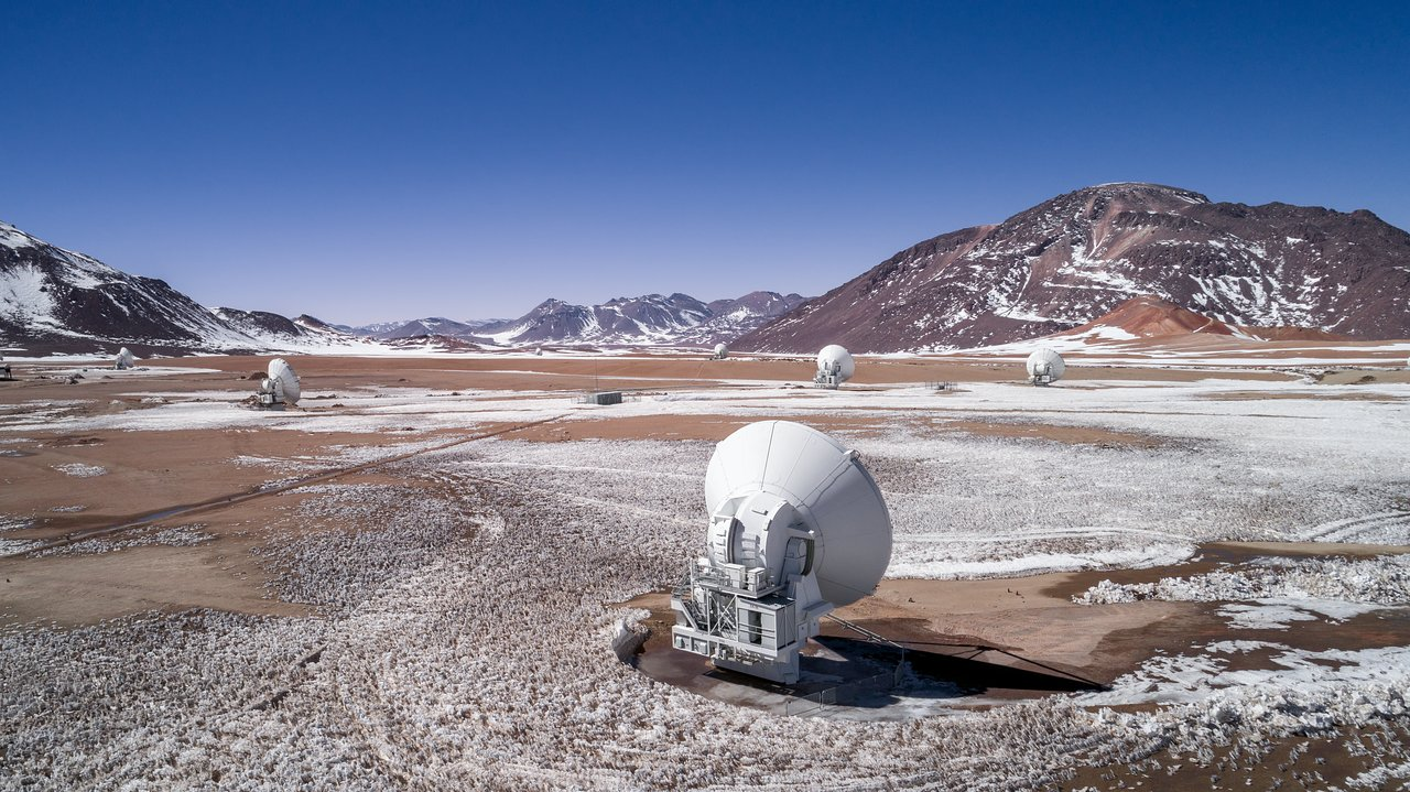 ALMA surrounded by snow.  Credit: ALMA (ESO/NAOJ/NRAO).