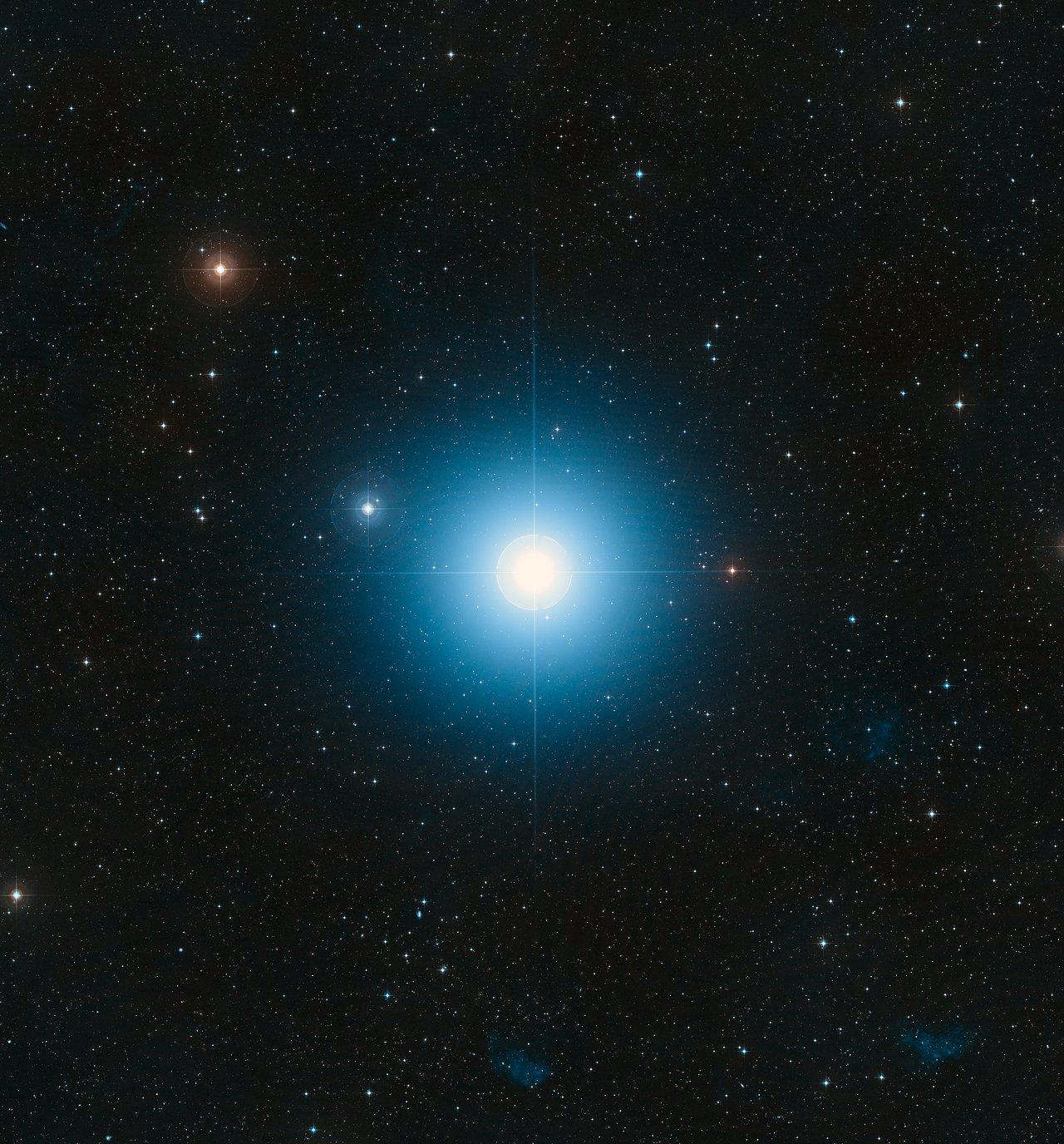 Imagen de gran campo del cielo en torno a la brillante estrella ...