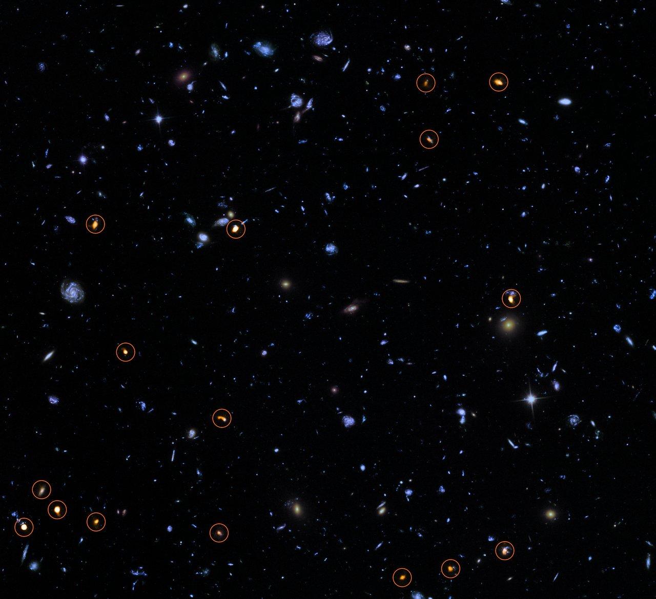 Esta imagen combina una imagen de fondo tomada por el Telescopio Espacial Hubble de NASA/ESA (azul/verde) con una nueva visión muy profunda de ALMA de este campo (naranja, marcado con círculos). Todos los objetos que ve ALMA parecen ser galaxias con formación de estrellas masivas.