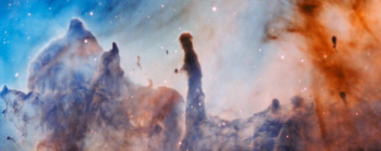 Esta imagen fue tomada con el instrumento MUSE, instalado en el Very Large Telescope de ESO, y muestra la región R44 dentro de la nebulosa de Carina, a 7.500 años luz de distancia. Las estrellas masivas que están dentro de la región de formación estelar destruyen lentamente los pilares de polvo y gas de los que nacen.