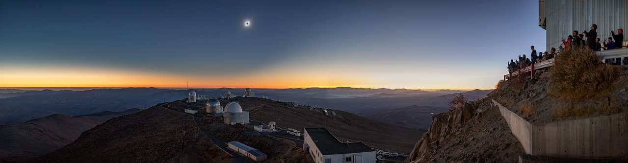 Eclipse total solar, Observatorio La Silla, 2019 (imagen panorámica)