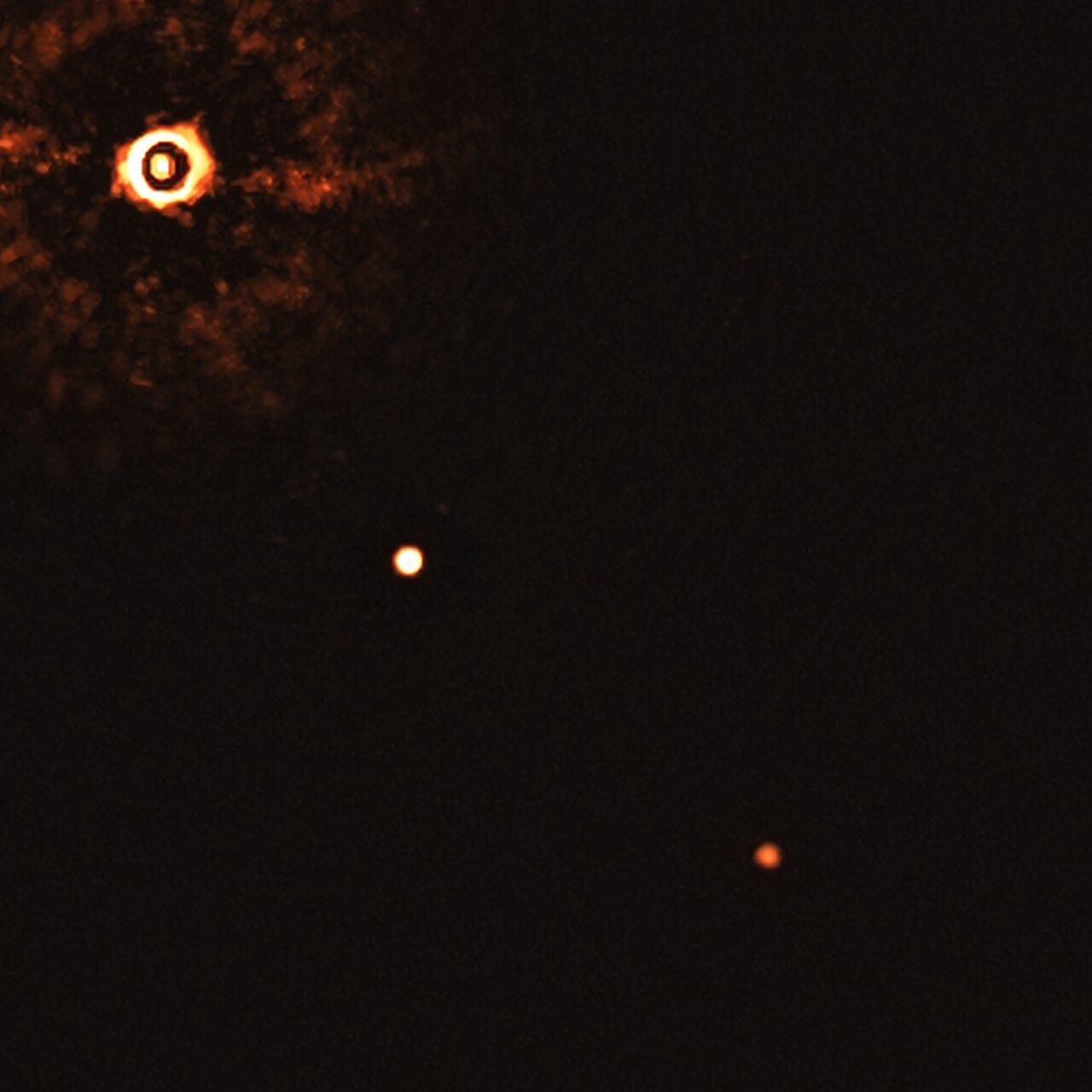První snímek systému několika exoplanet u hvězdy podobné Slunci