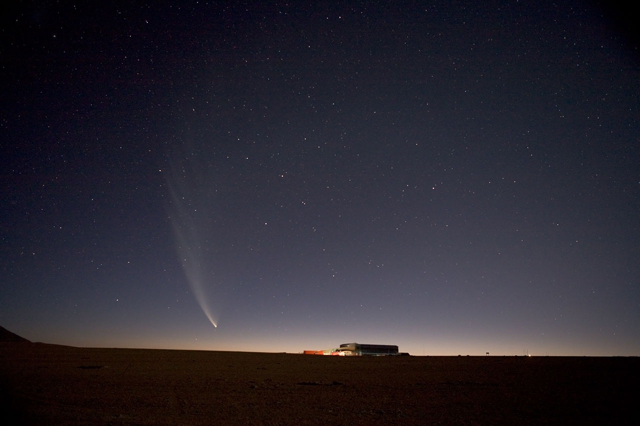 Mounted image 018: Comet McNaught above the ALMA site