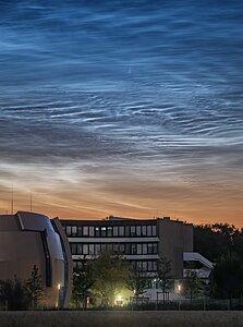 El cometa NEOWISE y una nubes noctilucentes captados sobre la sede central de ESO
