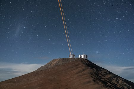 VLT lasers create artificial stars over Paranal