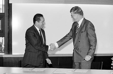 Schott handshake, 1988