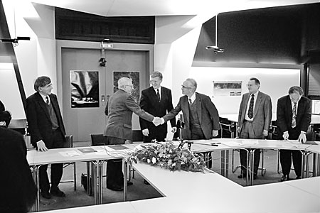 Contract signing between AMOS and ESO