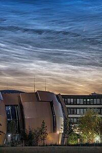 El cometa NEOWISE captado sobre la sede central de ESO