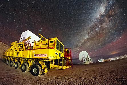 L'immagine numero 10 000 dell'ESO mostra i trasportatori di ALMA e la Via Lattea