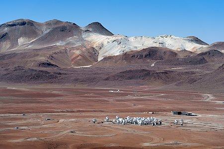 Dicht gedrängte ALMA-Antennenschüsseln in der kargen Landschaft der chilenischen Atacamawüste