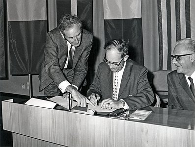 Contract signing between ESO and Interbeton