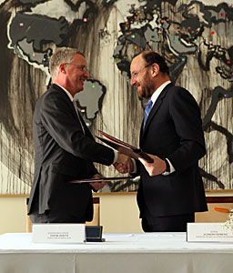 Signature of the agreement for the donation of land for the E-ELT