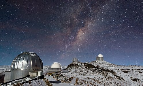 Die Milchstraße prangt über dem verschneiten La Silla