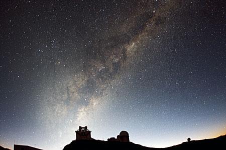 La luz del amanecer sobre La Silla