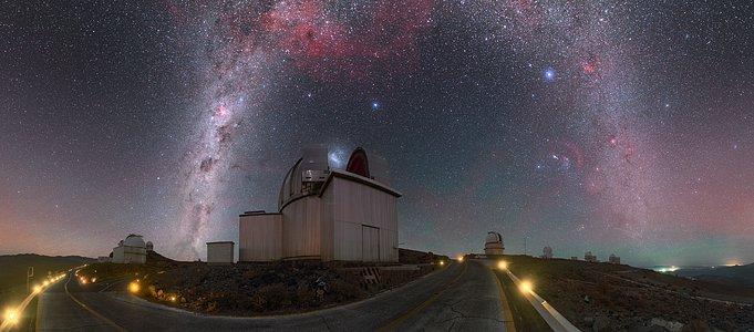 El arco de la Vía Láctea sobre La Silla