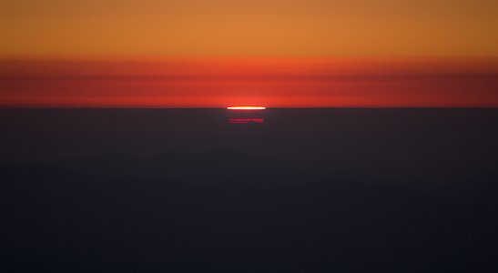 Curious distortion of the Sun light over the Pacific Ocean