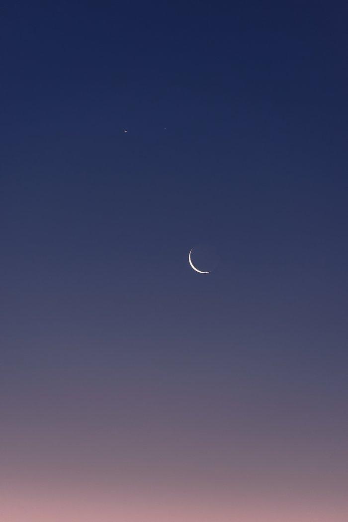 Venus y Marte sobre la Luna creciente