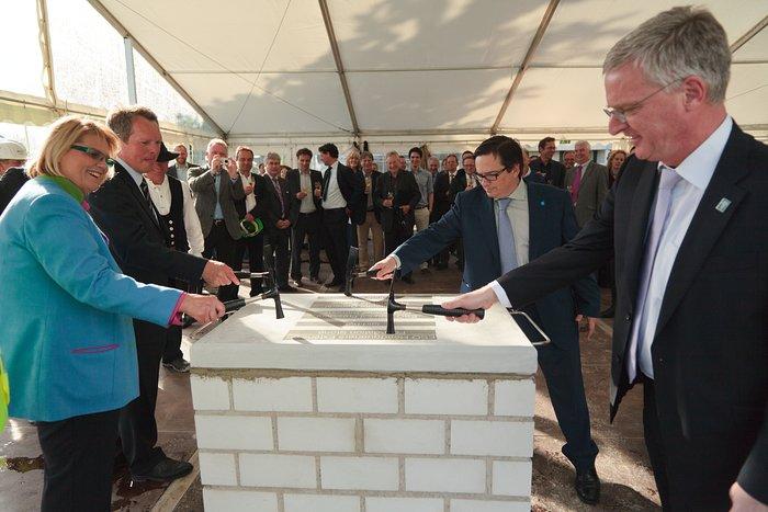 Depositando la primera piedra del edificio de ampliación de la sede central de ESO