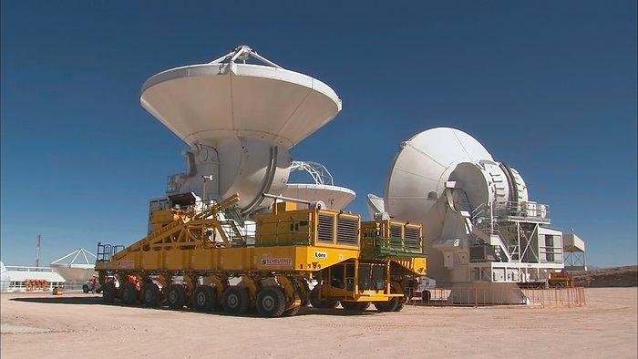 """Standbild aus der Videozusammenstellung """"Verlegung einer ALMA-Antenne"""""""