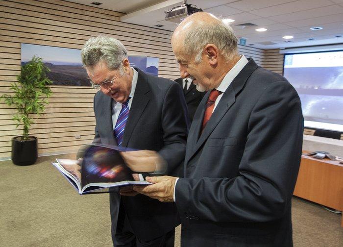 O Presidente da Áustria, Heinz Fischer, é presenteado com o livro