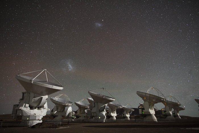 Кадр из компиляции ускоренных видеосъемок ALMA в 2012 г.