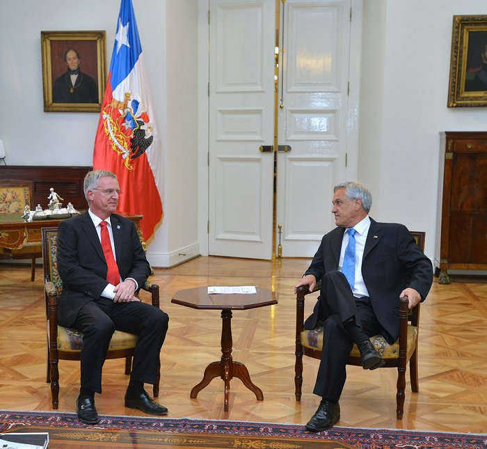 President Piñera Receives ESO's First Atomic Clock