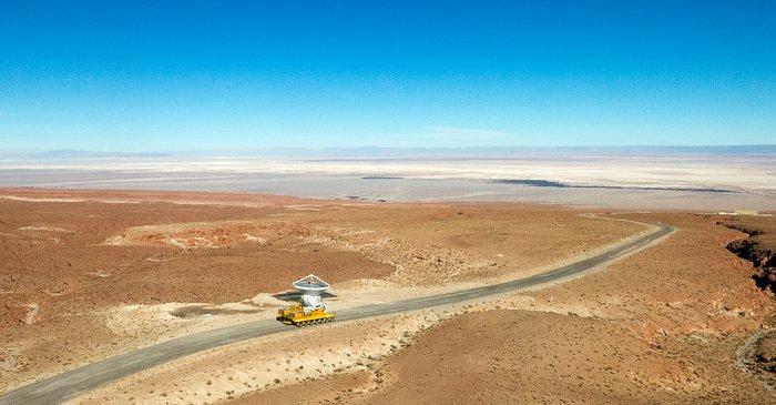 Die letzte ALMA-Antenne kommt auf Chajnantor an