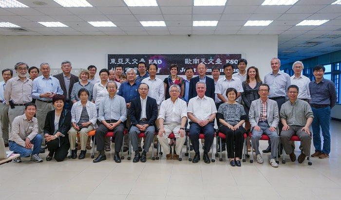 Gruppenfoto des Treffens von ESO und EAO