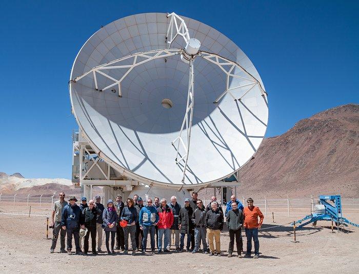 El Telescopio APEX y asistentes al festejo de su décimo aniversario