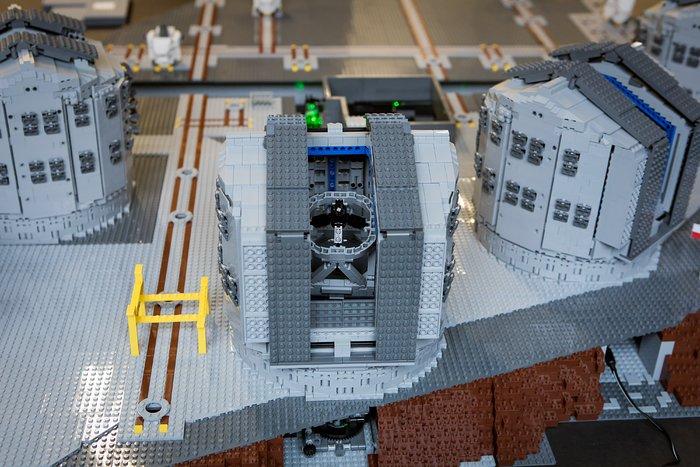 Alle VLT-Teleskope gibt es jetzt im LEGO®-Modell
