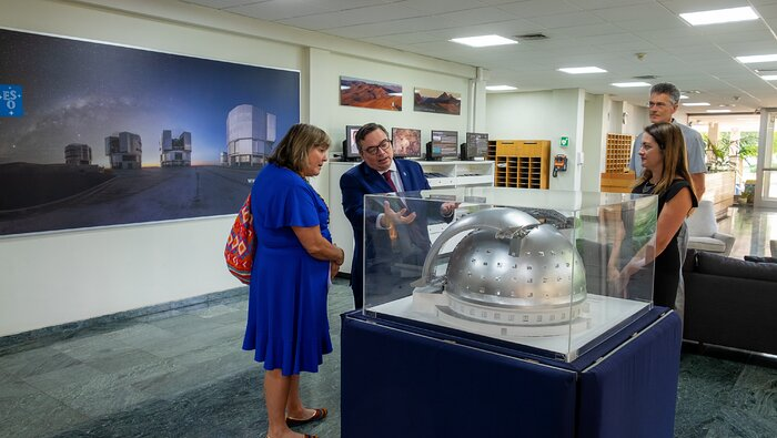 ESO-Generaldirektor zeigt María Noel Vaeza von UN Women das ELT-Modell