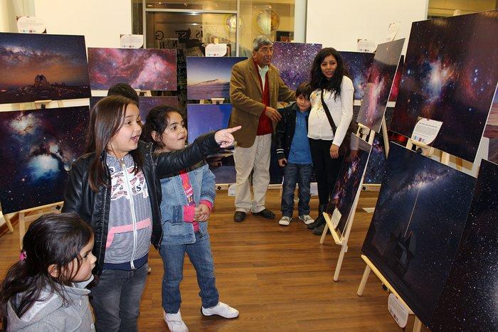 Niños de la ciudad de Antofagasta ven la muestra Awesome Universe