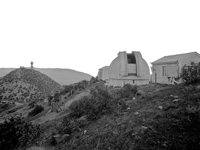 Cúpula del Observatorio Manuel Foster junto a la icónica Virgen del cerro San Cristóbal