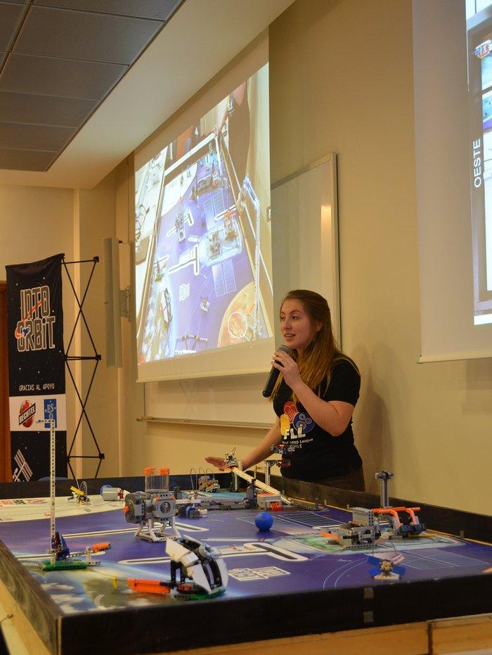 Árbitro general FLL explicando los desafíos de la edición 2018 Into Orbit