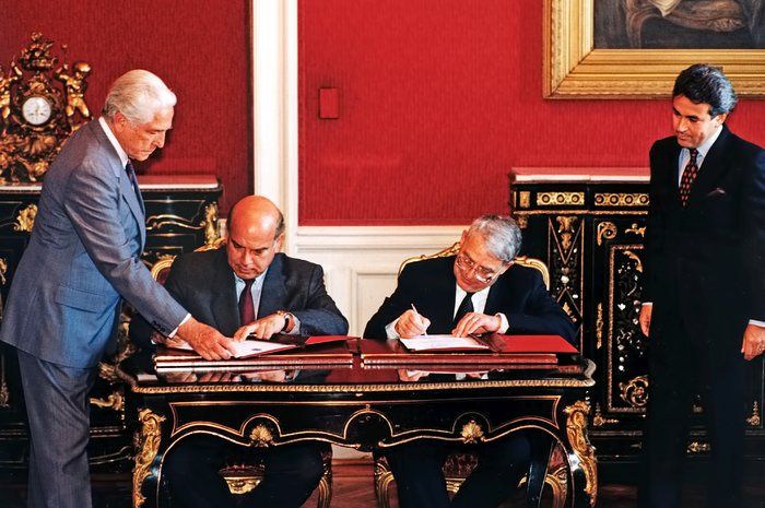 ESO and Chile sign agreement (1996)