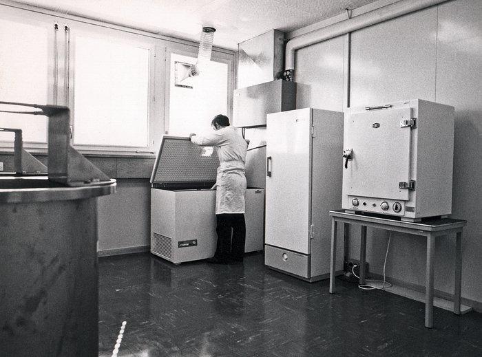 Photographic plate refrigerator