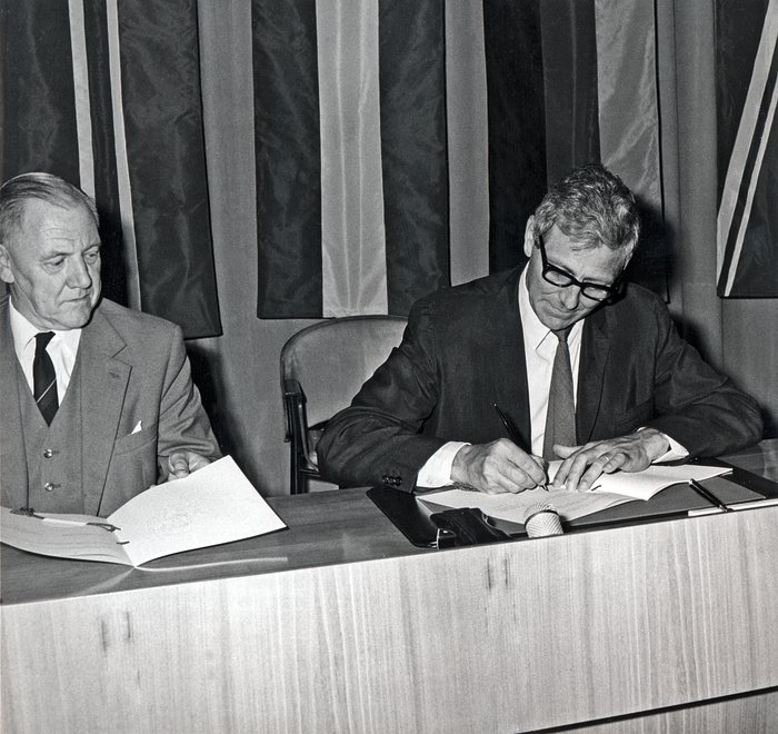 Signing the ESO CERN contract for collaboration