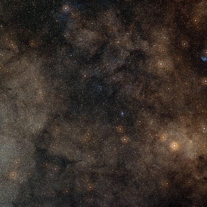Imagen de campo amplio del cielo alrededor de la nebulosa del Huevo Frito