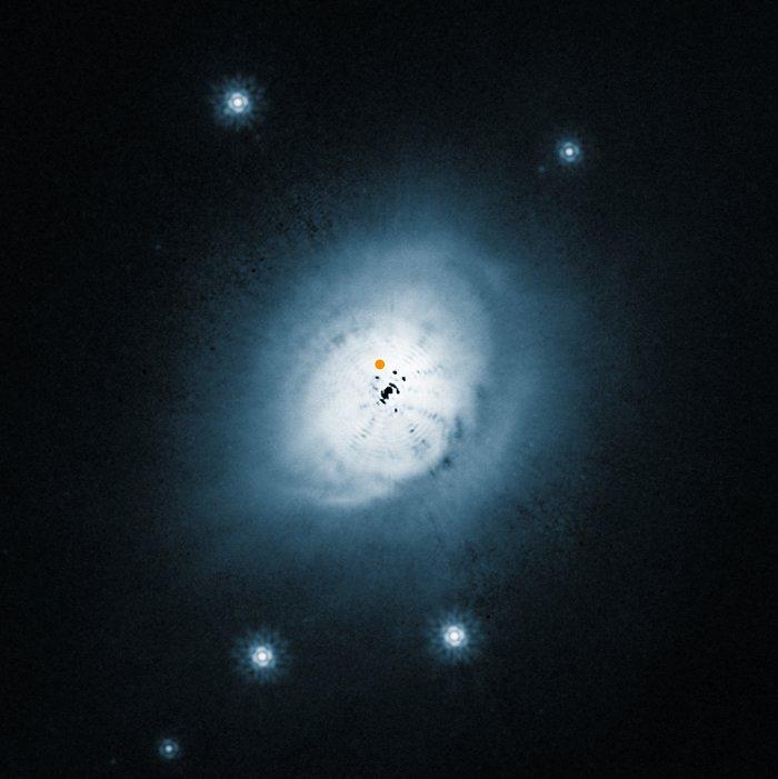 Prchoplynný disk kolem mladé hvězdy HD 100546  kosmickým dalekohledem HST (NASA/ESA HST)