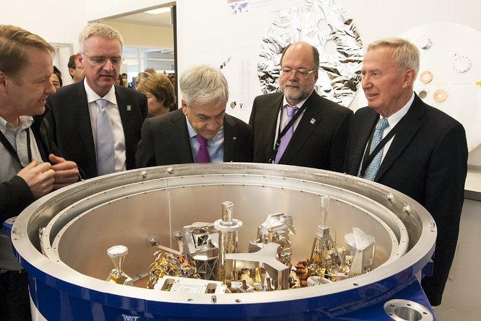 Präsident Piñera begutachtet ALMA-Komponenten